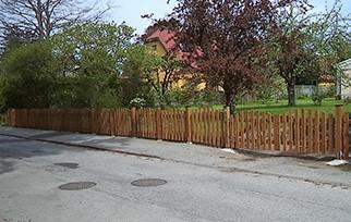 Brunt tryckimpregnerat staket med dubbelgrind