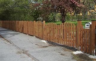 Brunt tryckimpregnerat staket med dubbelgrind.